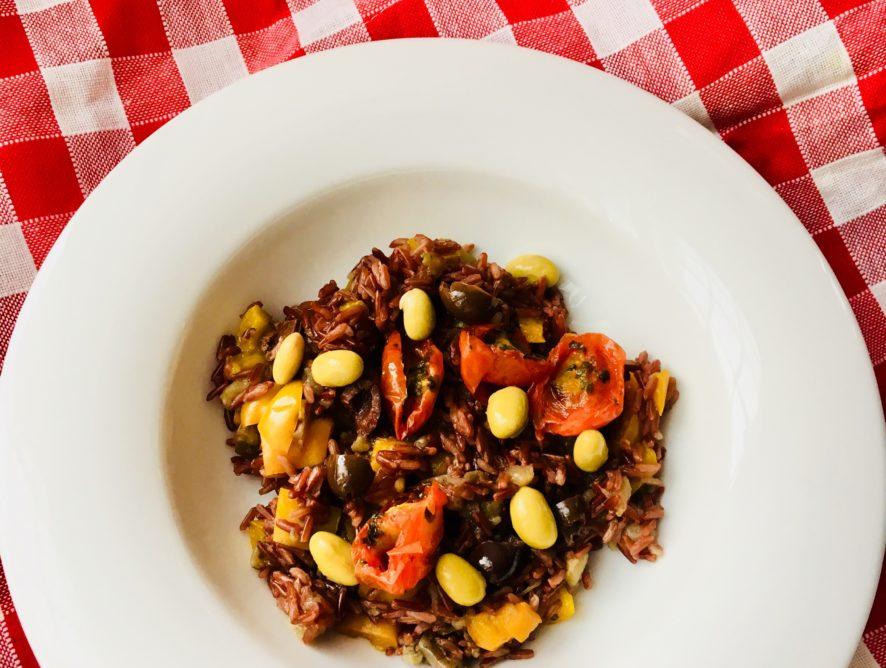 Riso rosso, peperoni, pomodorini e olive taggiasche