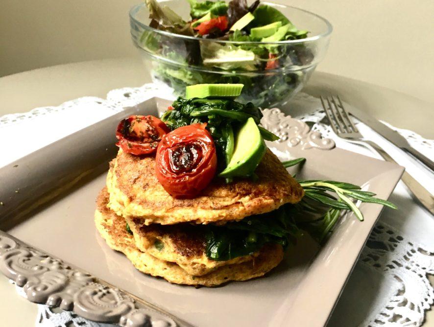 Pancakes salati alla zucca con pomodorini, spinaci e avocado