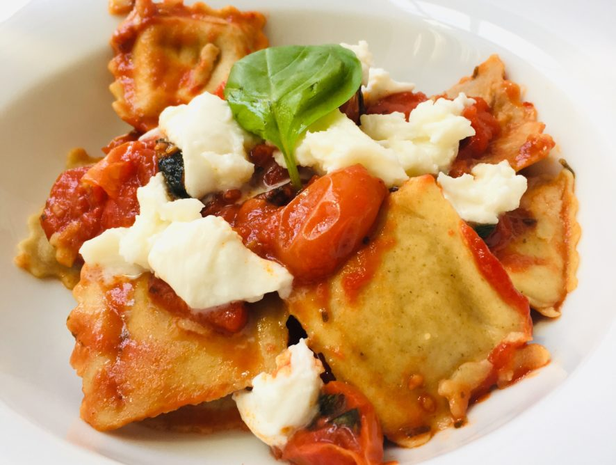 Ravioli integrali di legumi con pomodorini e mozzarella