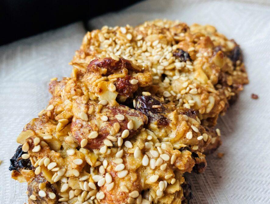 Biscotti avena, semi di sesamo e uvetta