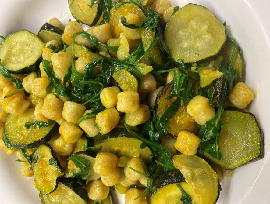 Gnocchi di farro alla curcuma con zucchine  e rucola